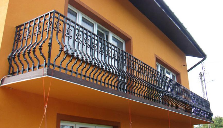 Nowoczesne balustrady balkonowe – jak dobrać kolor elewacji